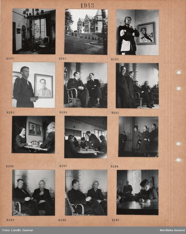 Motiv: Interiör med krukväxt på piedestal, takbelysning, män och kvinnor på gångväg framför stor byggnad, fontän, man i kostym står framför porträtt av honom själv i militärpäls, man i kostym står framför porträtt av honom själv i kavaj och tröja, två män i kostym sitter och samtalar i korgmöbler, fyra män i kostym på en terrass med korgmöbel och krukväxter på ställning, kvinna och man sitter vid ett bord och samtalar, porträtt av män på väggen, män och kvinnor vid kaffebord, vas med påskliljor, fyra män i ytterrock med hatt i hand står inomhus, kvinna i hatt sitter vid ett bord med askfat.