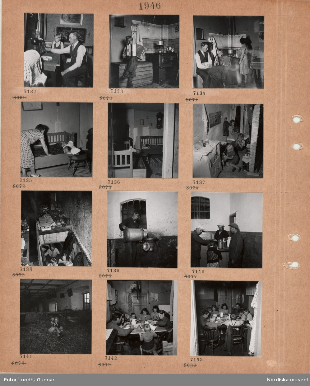 Motiv: En man och en pojke sitter och lyssnar på radio, pojke sitter på en vedlår i ett kök och spelar dragspel, vedspis, kvinna bäddar ner två barn i en utdragssoffa, inblick i rum med två utdragssoffor med sovande personer, tre barn leker i ett litet utrymme, vindsutrymme(?) med diverse saker, kläder hänger på krokar, en man tömmer ett stort mjölkkärl i en tratt, tre män och en flicka vid mjölkhämtare, barn leker på en höskulle, nio personer sitter och äter i ett enkelt kök, tvättlina, flugfångare.