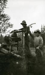 Ingvar Galaasen (3/8  1880) står og sliper ljåen i Galåsen,
