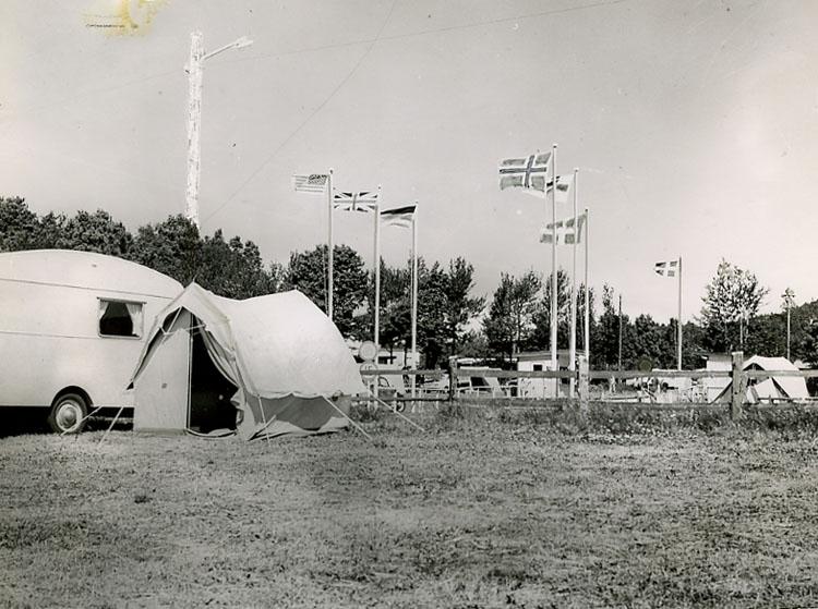 """Enligt Bengt Lundins noteringar: """"Ljungskile camping. Tält och flaggor""""."""