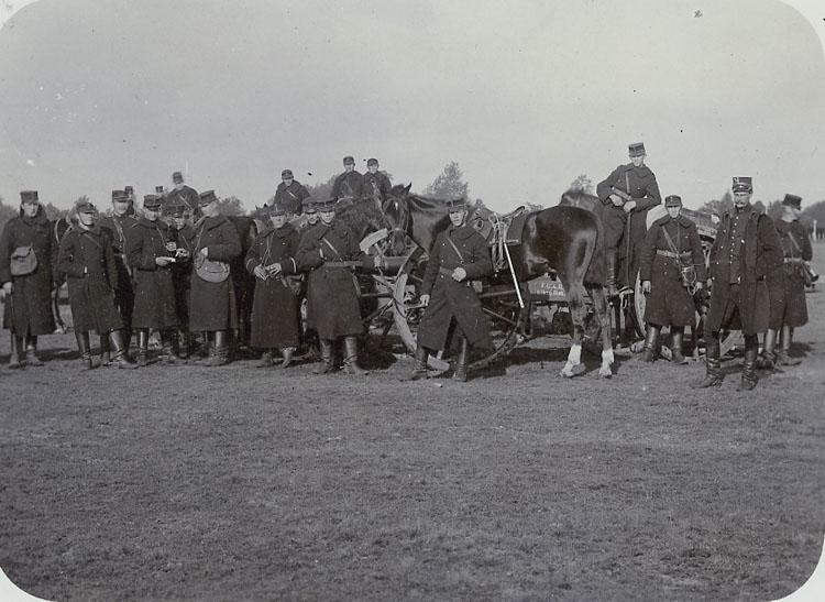 """Enligt Bengt Lundins noteringar: """"Från manövern 1902. Artilleri""""."""