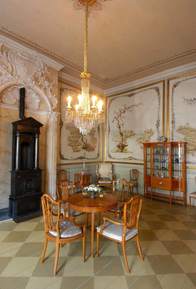 Det kinesiske kabinett i Stiftsgården er et kvadratisk rom, hvis vegger er dekorert med 1700-talls malerier av kinesiske landskap. I ovnsnisjen står en empireovn fra Næs Jernverk, og møblementet er en gave til Dronning Maud i forbindelse med kroningen i 1906. Det er utført i sitrontre og trukket i fransk silke, og ble produsert av det engelske firmaet Waring & Gillow (Foto/Photo)
