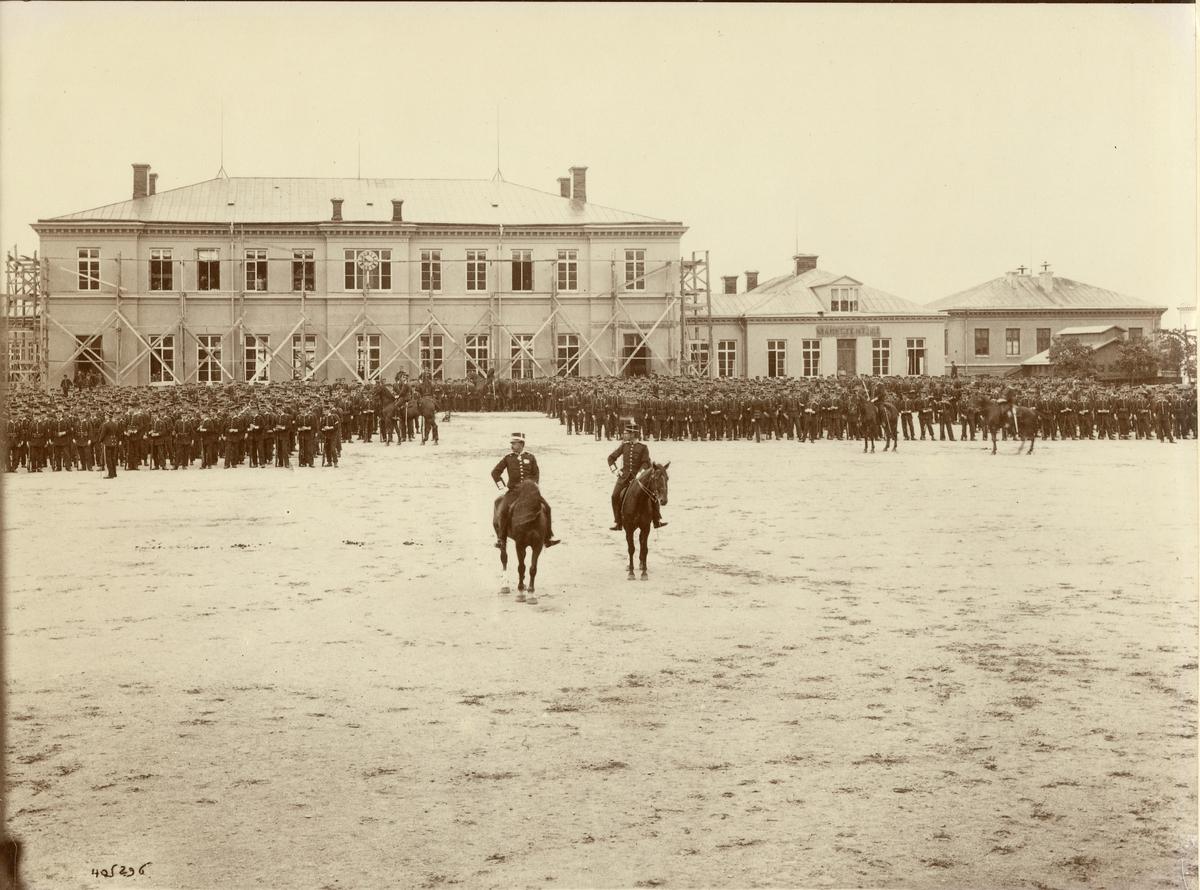 Göta livgarde I 2 uppställt på kaserngården 1906. Framför trupperna överste Johan Ludvig August Falkman till häst.