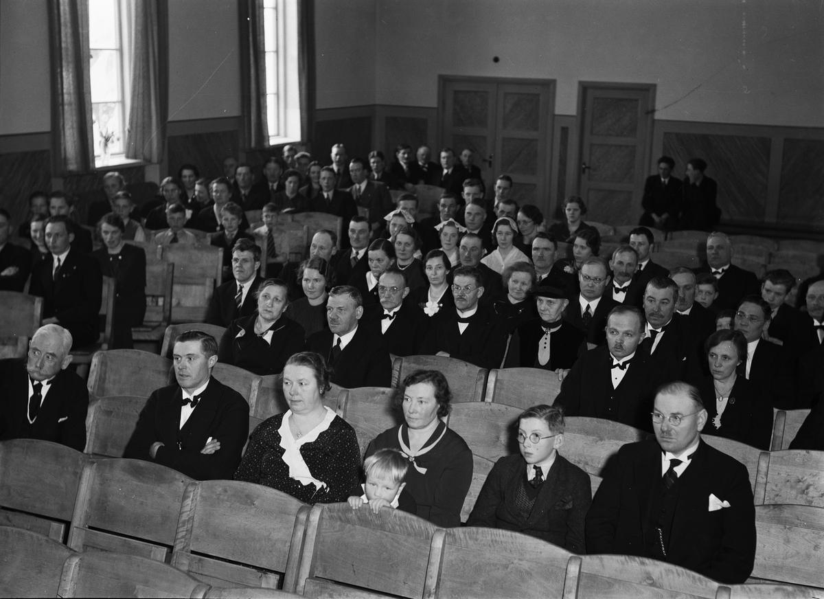 Åhörare vid invigningen av Bälinge bygdegård - längst till vänster professor Carl Axel Reuterskiöld och längst till höger riksdagsman Carl Gustaf Närlinge