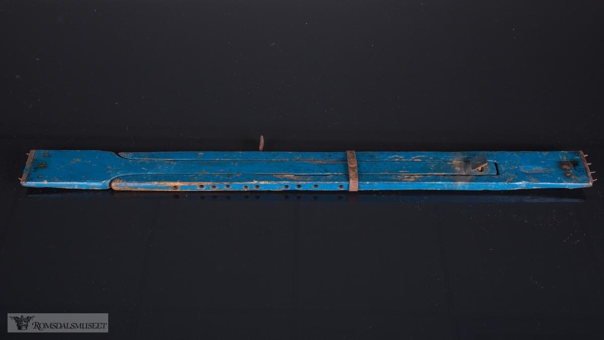 Spenna er sammensatt av to regulerbare deler. Begge har jernbeslag med pigger i enden.