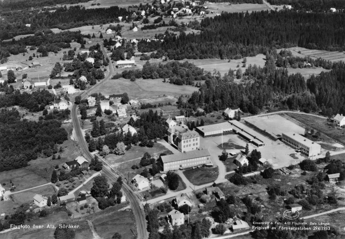 Flygbild över Ala skola med omgivningar. Vykort.