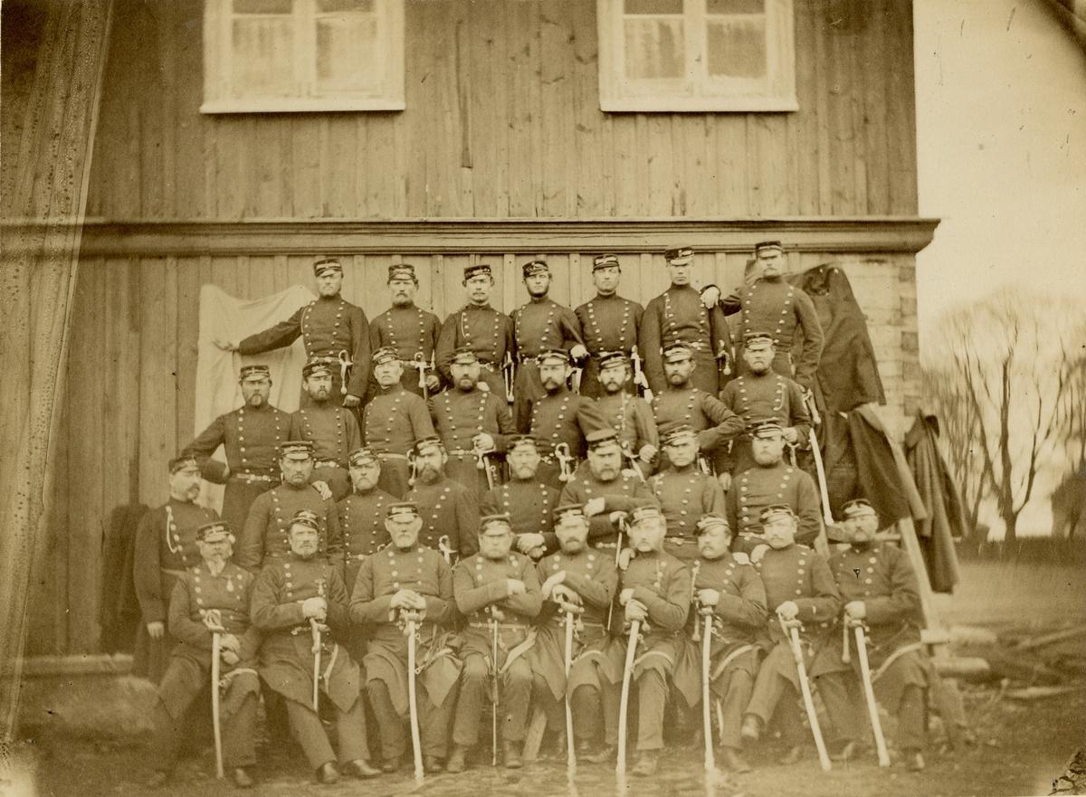 Grupporträtt av soldater och officerare vid Västgöta regemente I 6 på Axvall, 1890-tal. för namn, se bild nr. 2.