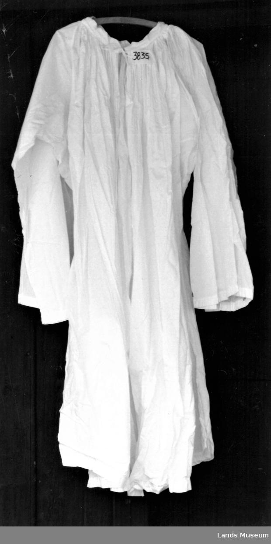 Messeskjorte til bruk over svart samarie.