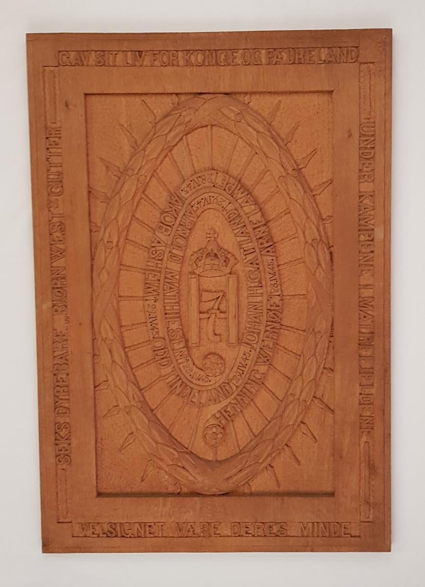 Minneplaten er laget til minne om de seks falne Bjørn West-soldatene.