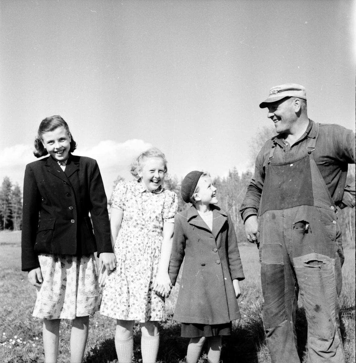 Yxbo, Bollnäs. Lantbruksnämnden på besök, Wård - Olle Sjöberg med Birgit, Karin och Märta. 30 Maj 1956.