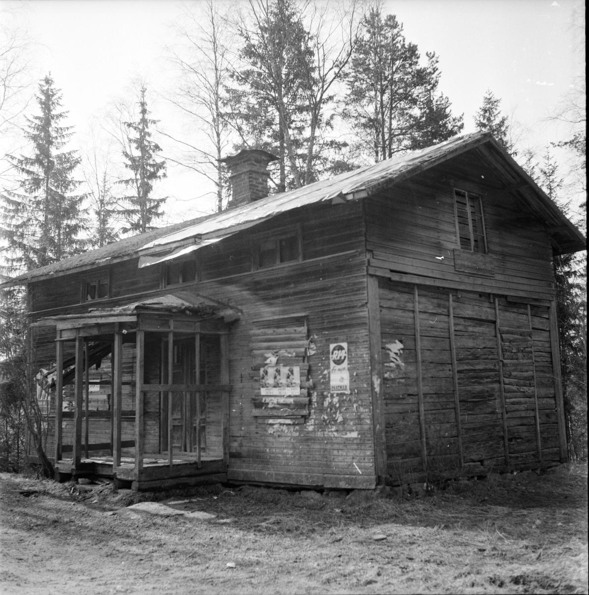 Gamla kåkar efter vägarna, 22 April 1965