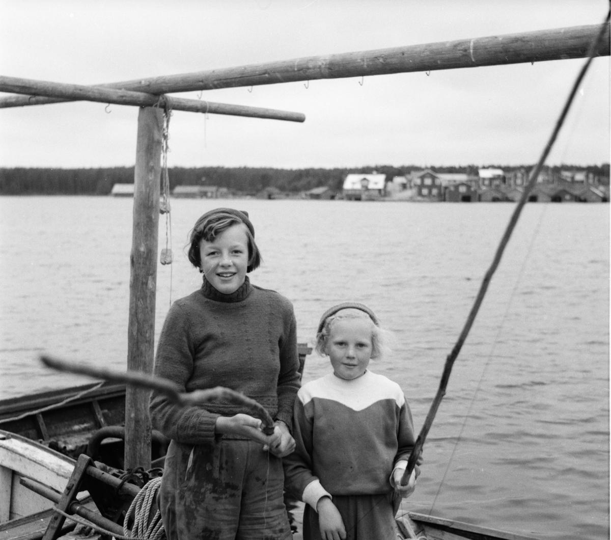 Två flickor på fisketur.