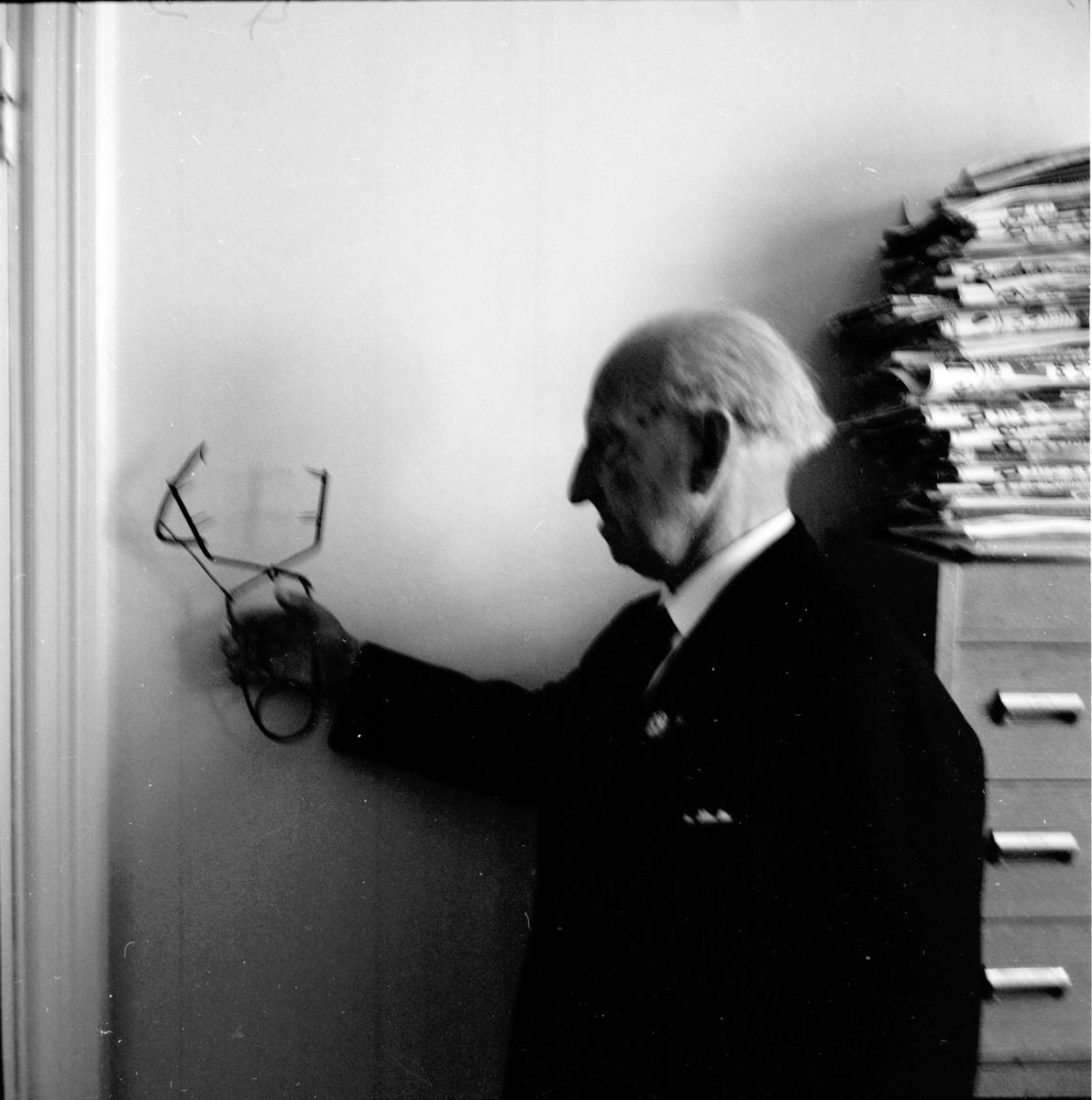Oscar Björkman läser in årsberättelsen på band. 26/5-1965