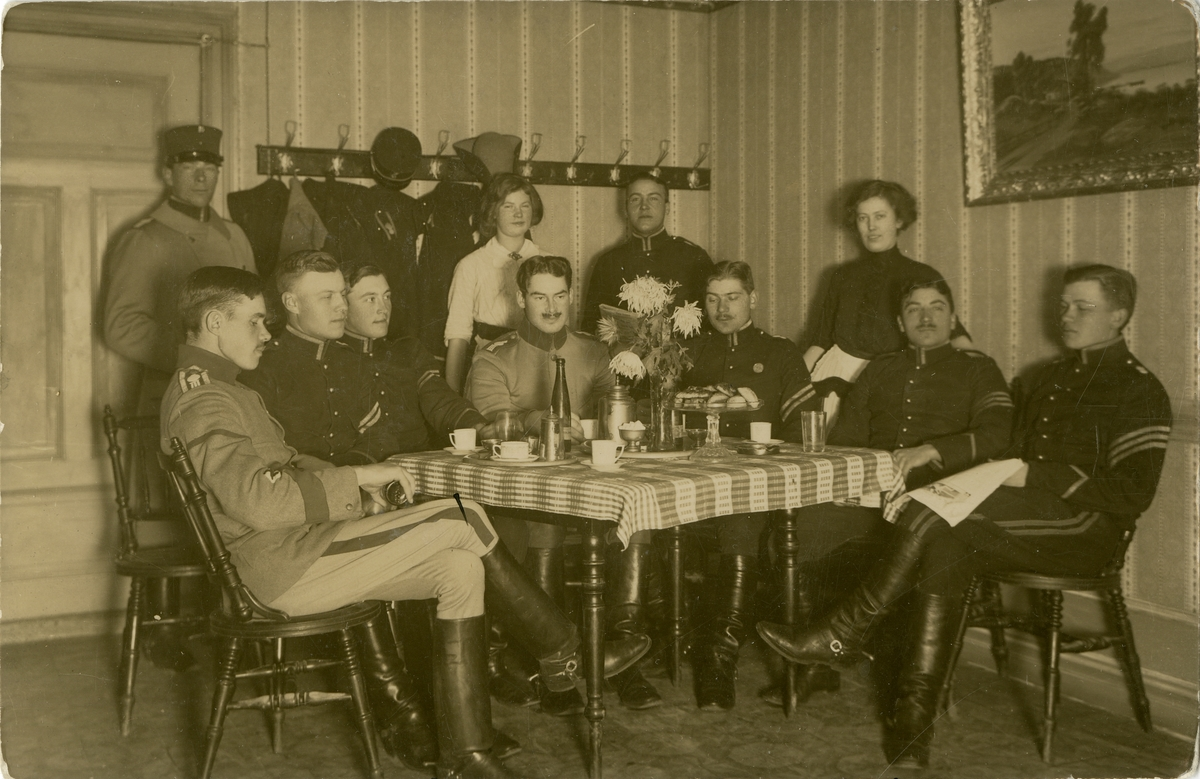 Underbefäl och officerare vid kaffebord.