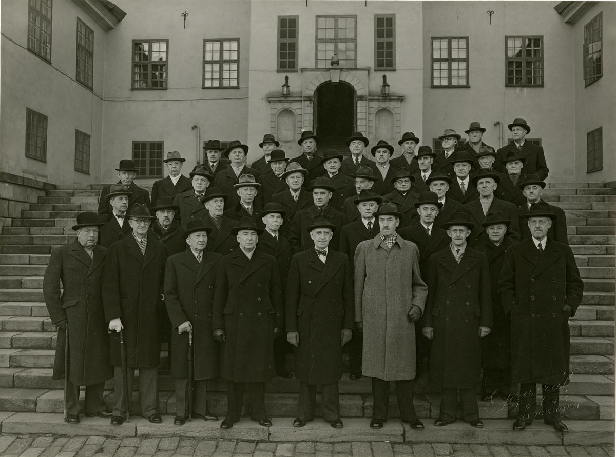 Grupporträtt av kursdeltagare 1899 samlade till firandet av 50-årsminnet av officersexamen, Karlberg 1949.