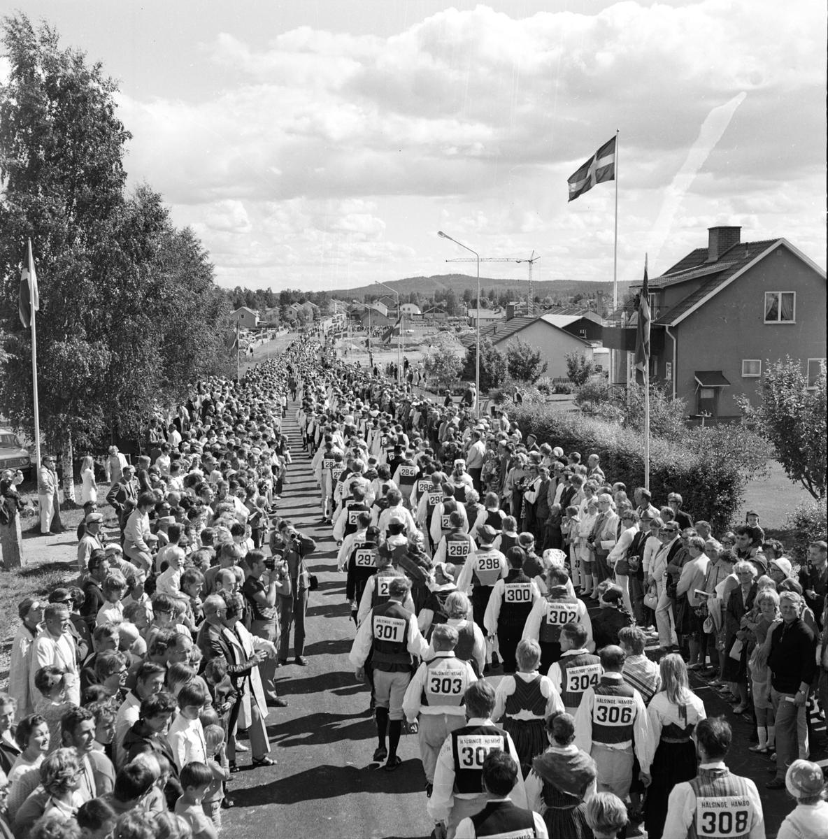 Arbrå. Hälsingehambonn. De äldsta och de yngsta. 1970