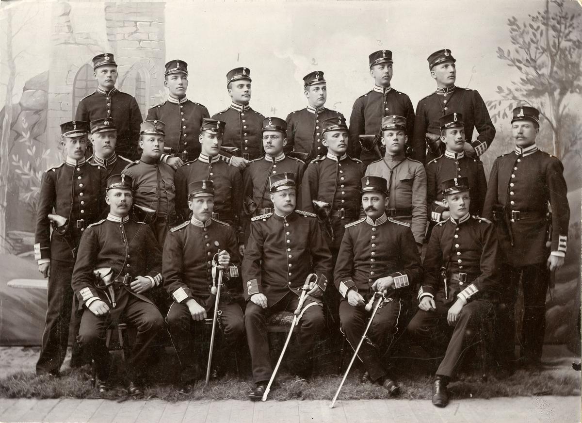 Grupporträtt av IV Arméfördelningens förvaltningsskola på Sannahed 1897. För namn, se bild nr. 2.