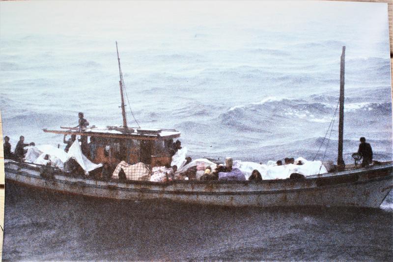 Hung og familien idet de blir reddet av det norske redningsskipet Lysekil. Foto: Erik Berglund