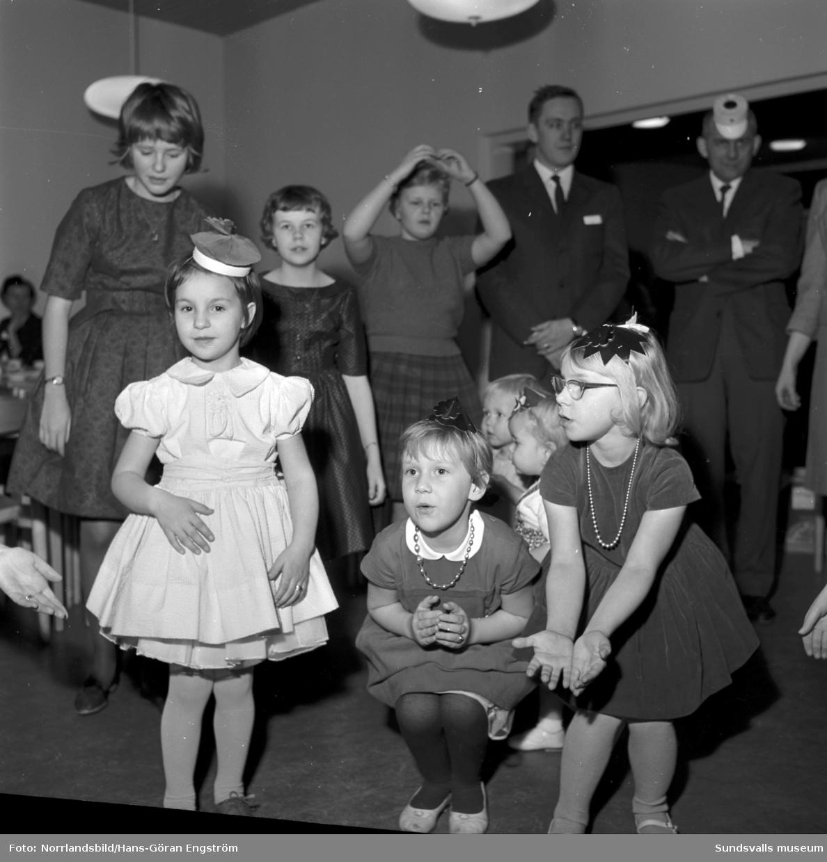 Barnfest med fika, partyhattar och ringdans i kvarteret Stammen i Haga. (Tallrotsgatan-Västergatan-Baldersvägen-Lasarettsvägen)