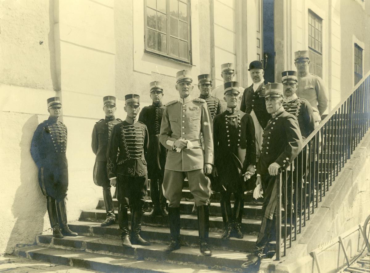 Grupporträtt av prins Carl och officerare på Strömholms. För namn, se bild nr. 2.