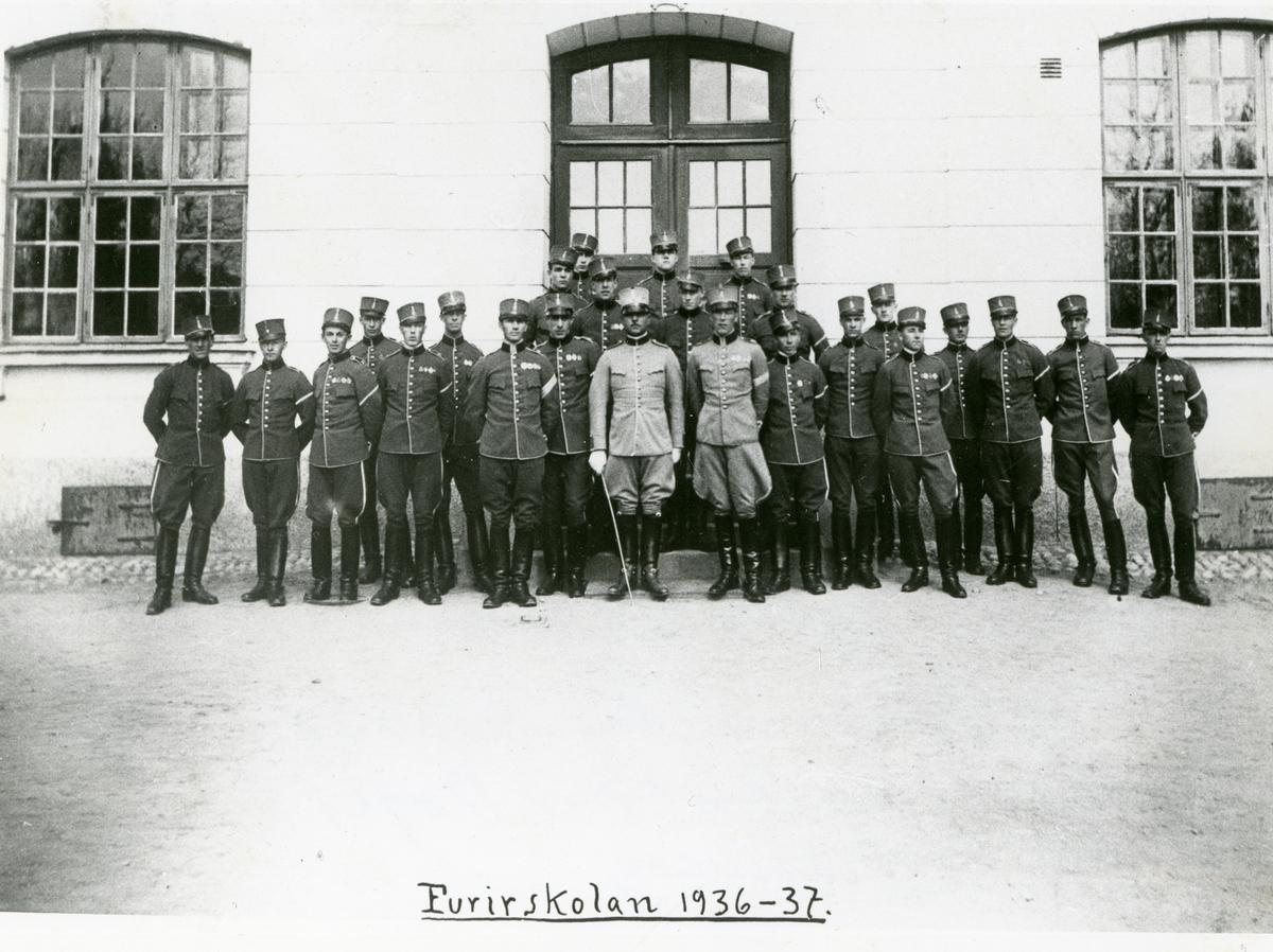 Grupporträtt av soldater från Norrlands dragonregemente K 4 vid Furirskolan 1936-1937.