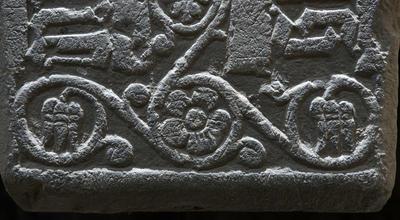 Detalj fra den smaleste delen av biskop Hermans gravstein.