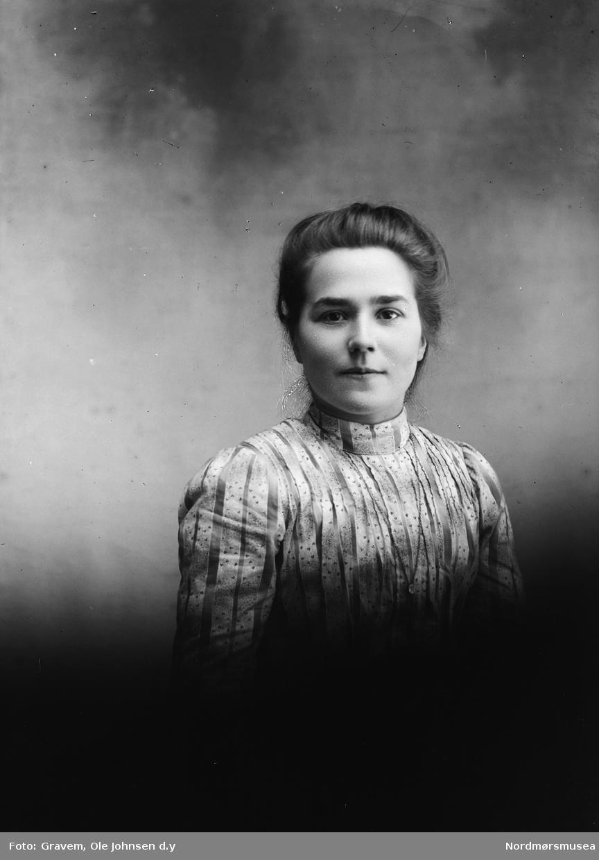 Eldre registrering sier portrett av Laura Sande. Nyere registrering sier det er hennes søster: Marit Endresdtr. Sande g. Bruset. Jfr. bilde med lokal sign. SU-L01.0065.