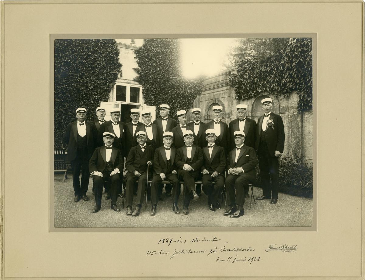Grupporträtt av 1887 års studenter samlade till 45-års jubileum på Övedskloster, den 11 juni 1932.