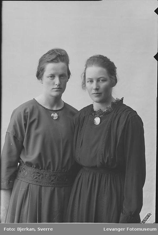 Portrett trolig av to søstre, Pauline Saxhaug.