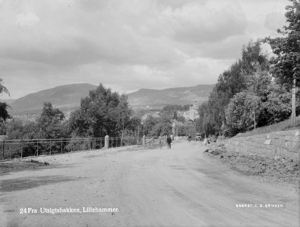 Fra Utsiktsbakken mot Lillehammer sentrum. Balbergkampen i bakgrunnen.