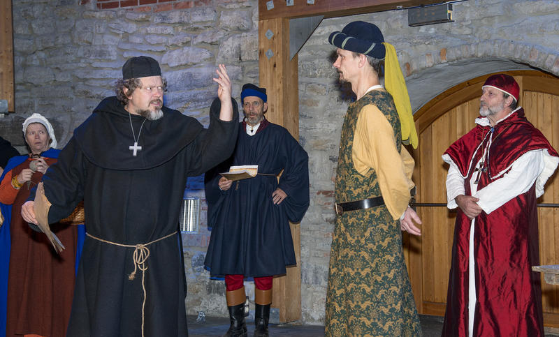 Biskop Mogens hytter med neven mot en adelsmann mens kardinalen og andre middelalderborgere står og ser på.