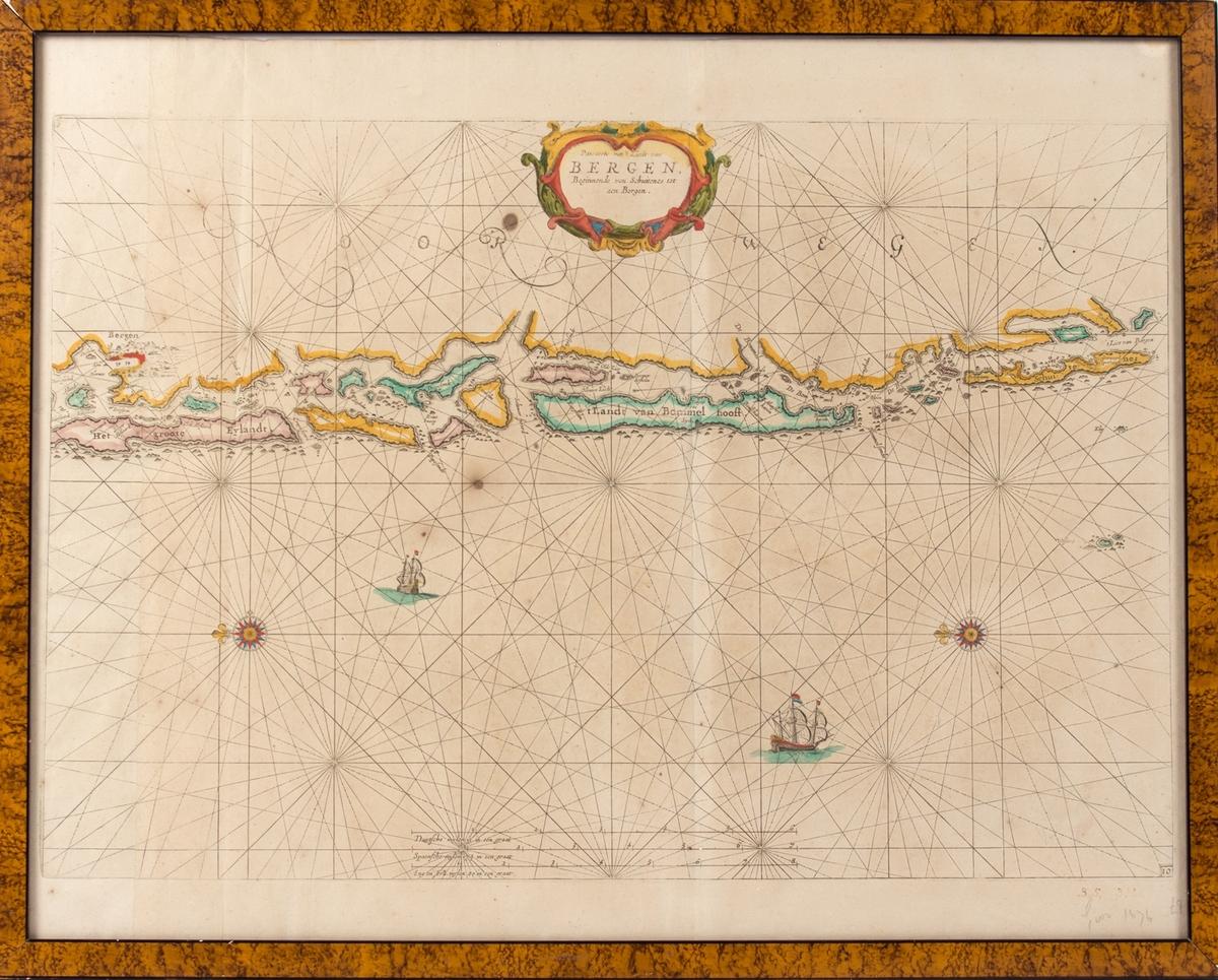 Nederlandsk sjøkart som viser kysten fra Bergen i nord til Skudesneshavn i sør. Perspektivet er sett fra havet i vest. Dekorert med kartroser og skip.