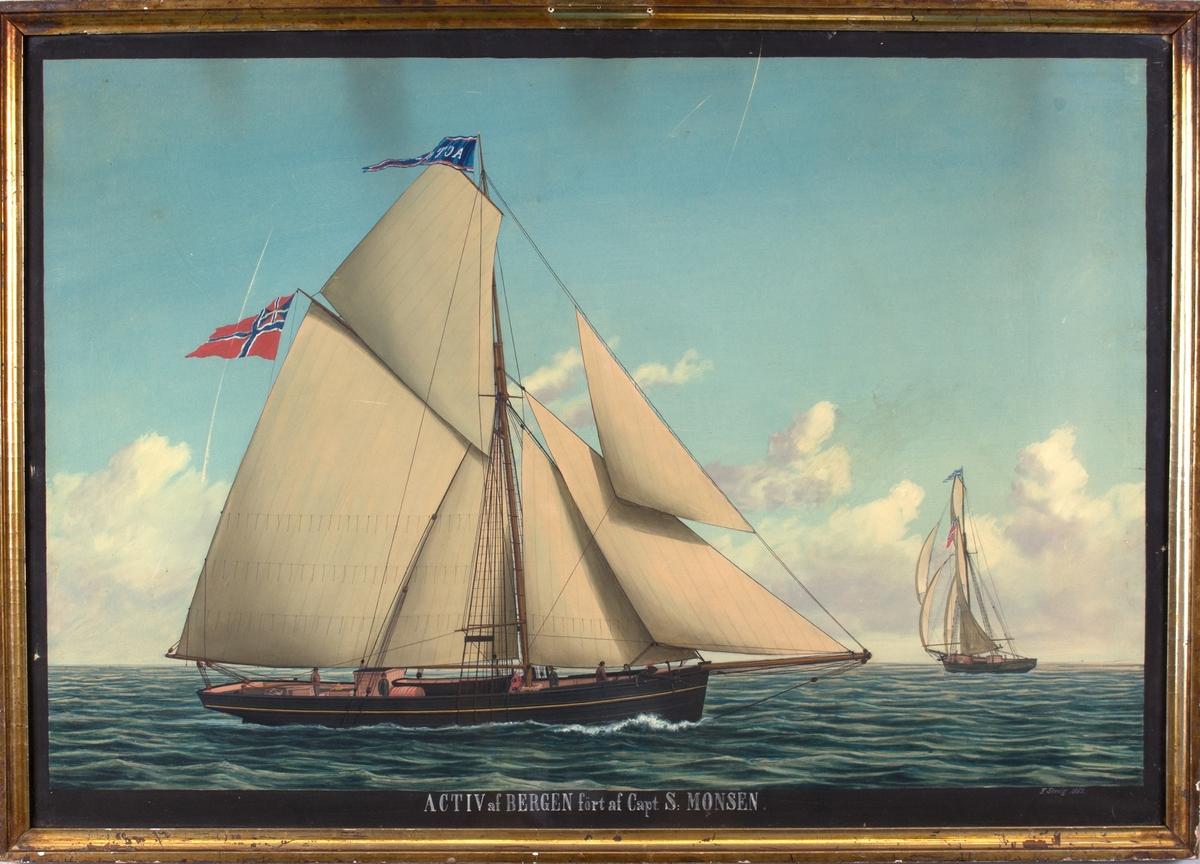 Skipsportrett av slupp ACTIV på åpent hav. Til høyre i motivet sees skipet også fra akter i mindre format. I masten sees navnevimpel og norsk flagg med norsk-svensk unionsflagg. 4 mann på dekk.