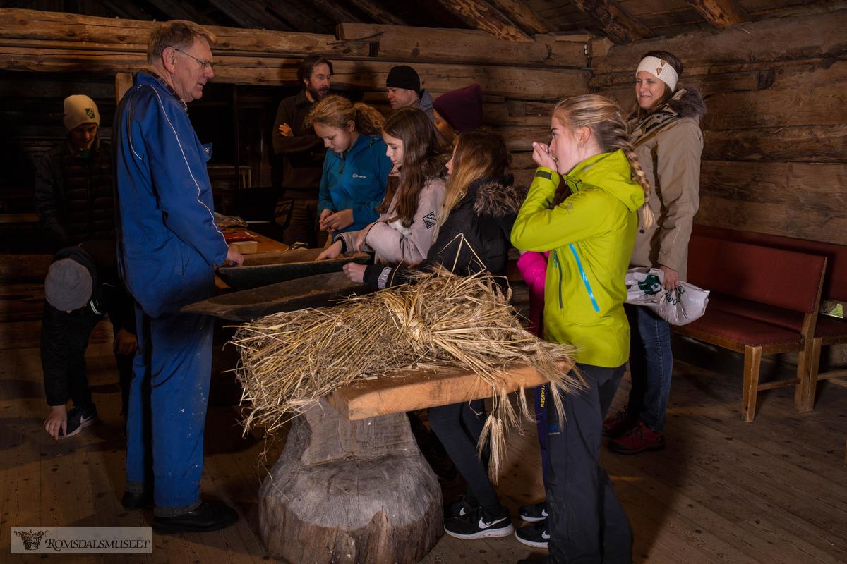 Tresking i Hammervoll-løa med Bjørn Austigard.