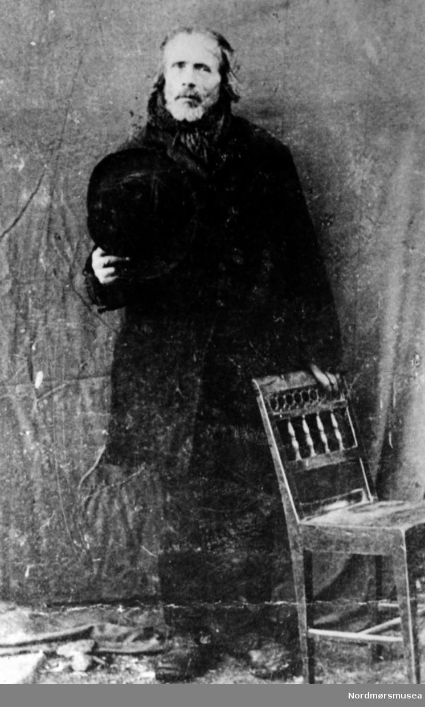"""Portrett, sannsynligvis av byoriginalen Ingebrigt Bolgen, Kristiansund. Se Kristiansunds Historie bd 5:590ff. Uteligger bak Tollbua på 1800-tallet. """"Bolgen ligger bakom Tollbua, Bolga ligger på Freiøya."""" Nordmøre museums fotosamling."""