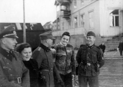 Tyske soldater og norske kvinner i Brønnøysund 1943.