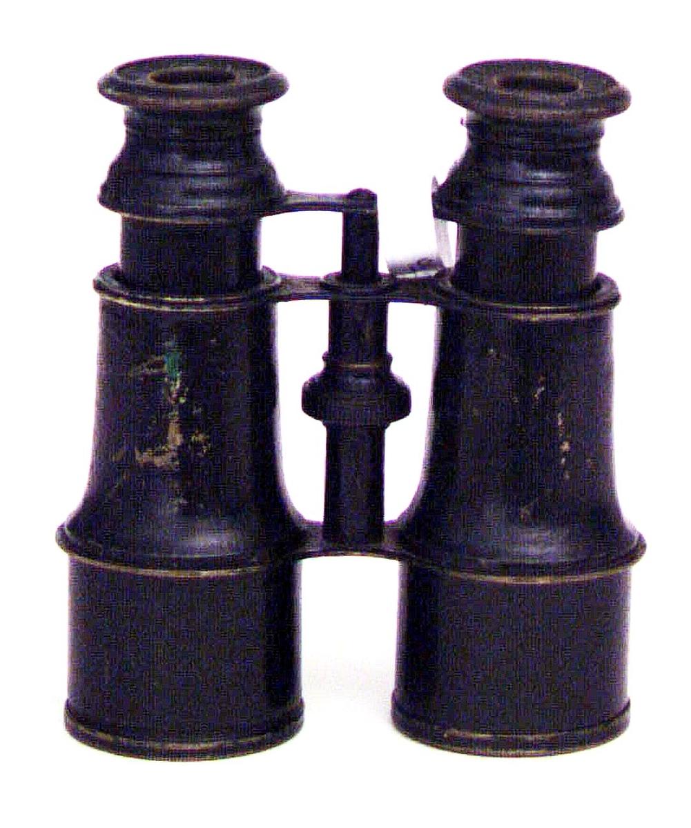 Kikare av svartmålad mässing och glas. Märkt upptill Jumelle Marin.