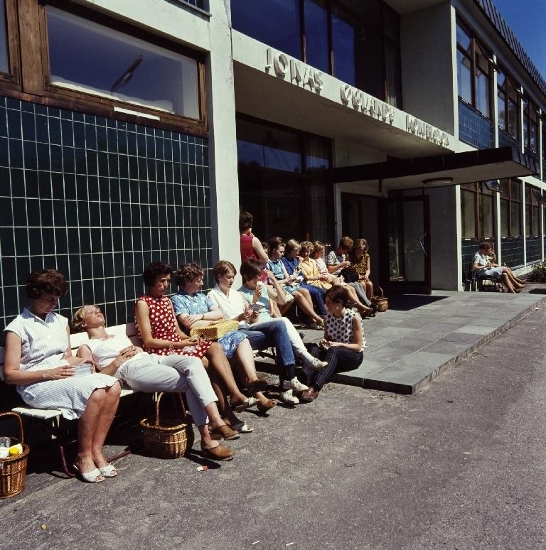 Syerske tar pause i solen foran inngangen til konfeksjonsfabrikken til Jonas Øglænd AS på Sandnes