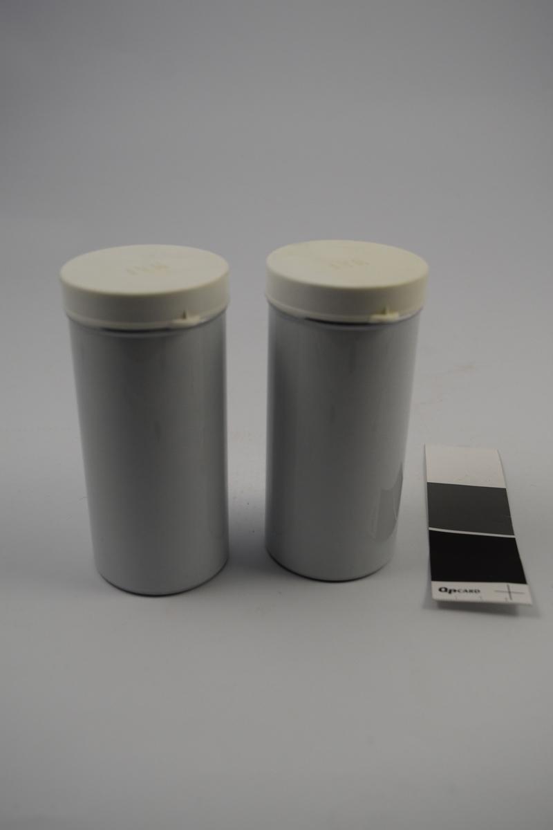 Hvit aluminiumsboks med hvitt plastlokk. Sylindrisk form.