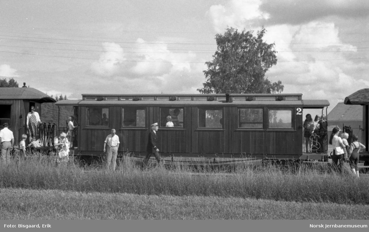 Personvogn litra Bo nr. 10 med reisende på Urskog-Hølandsbanen