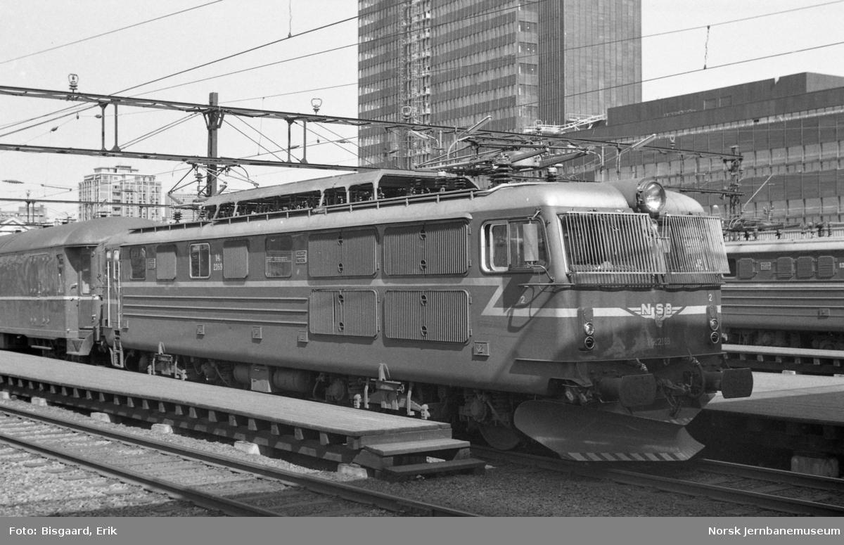 Elektrisk lokomotiv El 14 2169 foran persontog på Oslo Ø