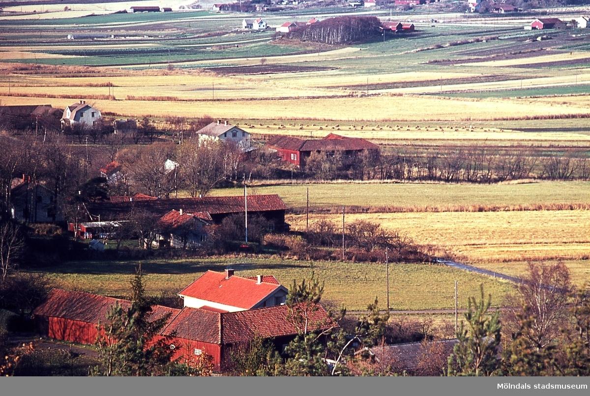 Vy över områdena Kärra, Balltorp och Fässberg i Mölndal, år 1965. I förgrunden ses bebyggelse på Kärra Torbjörnsgård 2.