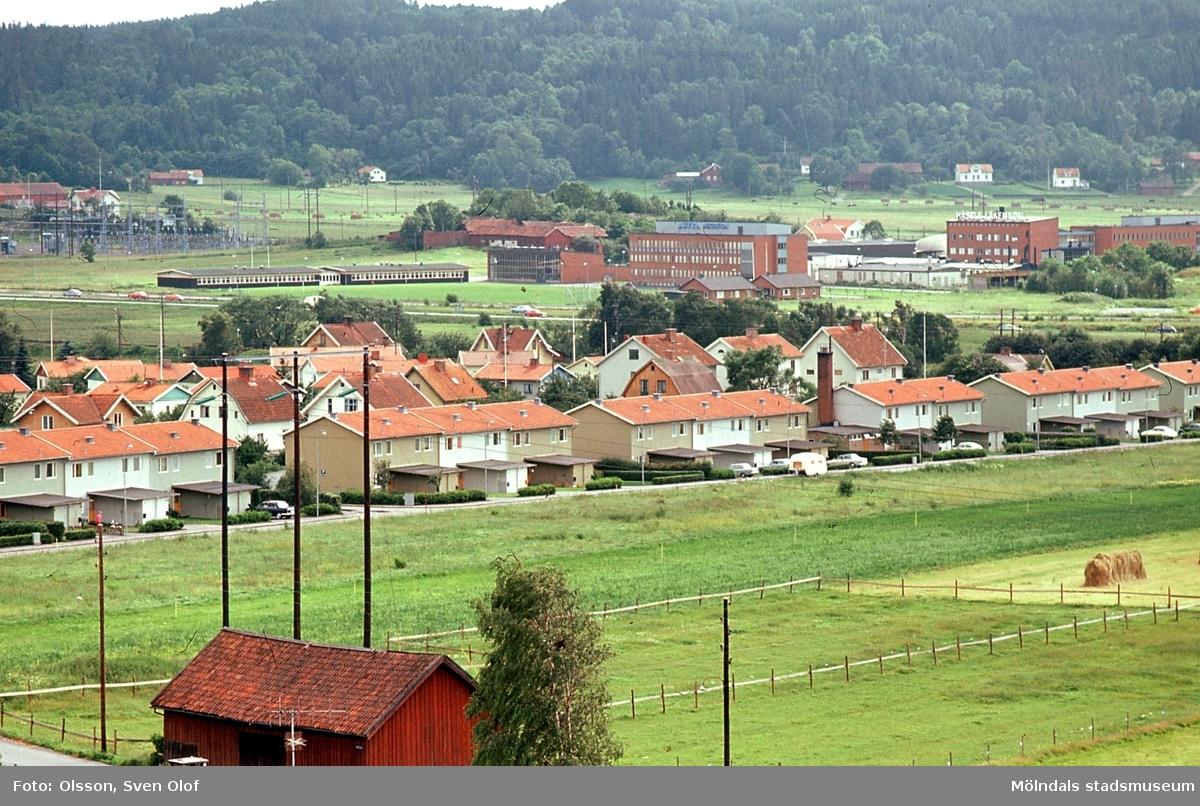 Vy över bostadsbebyggelse i Brännås mot Kärra i Mölndal, år 1970. I förgrunden ses Helge Larssons lada.