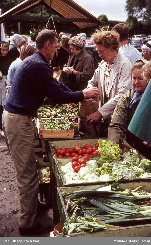 Anders Zackrisson säljer grönsaker i sitt stånd på Mölndals nya torg, år 1965.