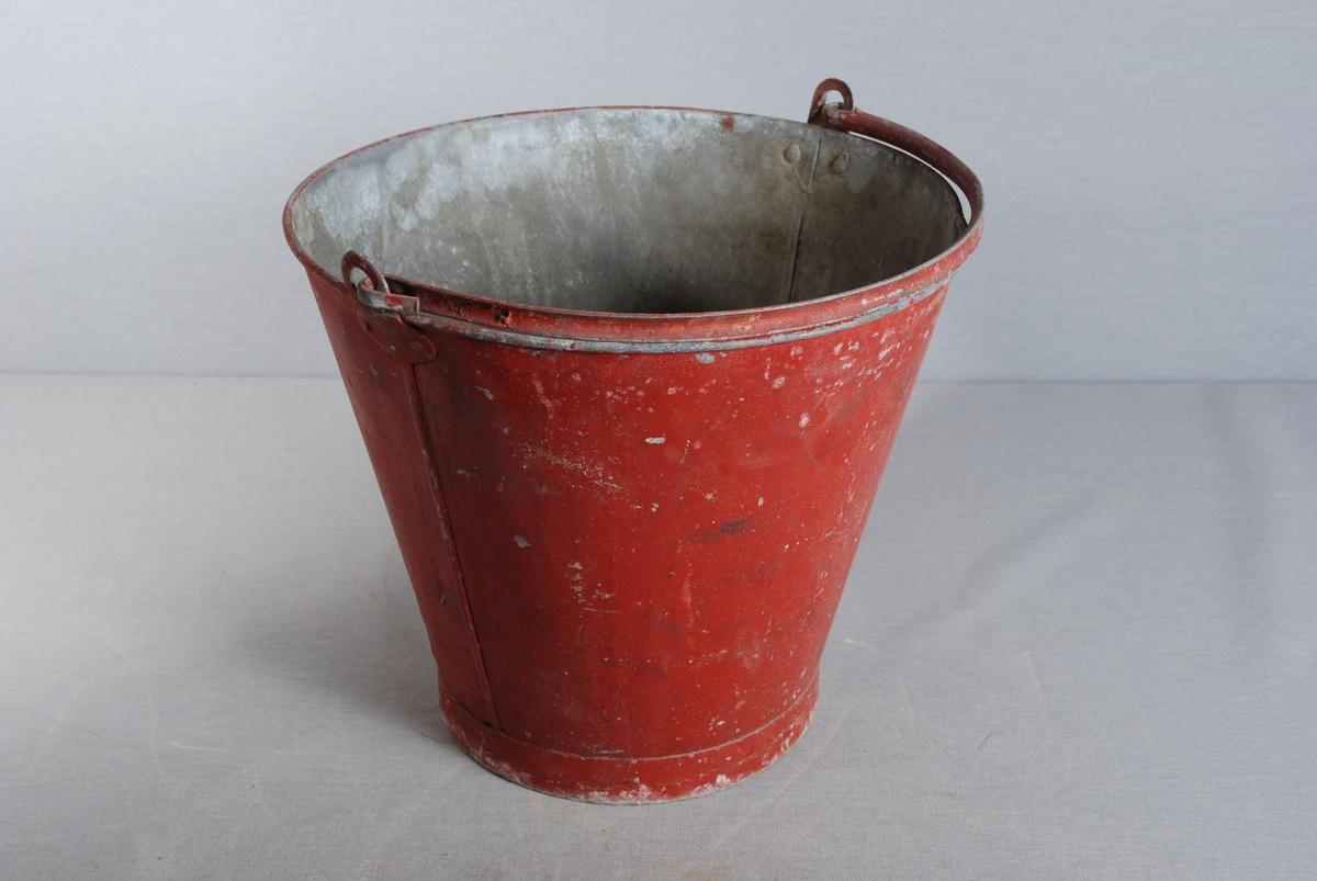 Metallbøtte med hank til bruk i brannvesen. Malt utvendig.