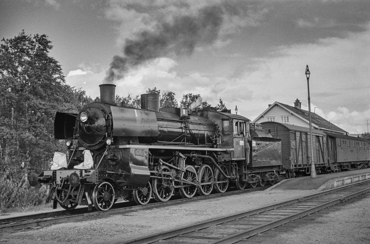 Dagtoget fra Oslo Ø til Trondheim, tog 301, på Røros stasjon. Toget trekkes av damplokomotiv type 26c nr. 411.