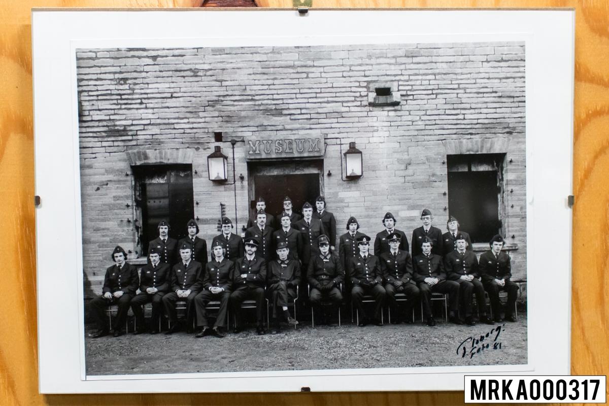 Fotografiet taget på befäl och soldater som genomfört grundläggande soldatutbildning på 1:a Batteriet KA 2. Fotografiet taget på Kungsholmen KA 2. Flobergs Foto 1981.