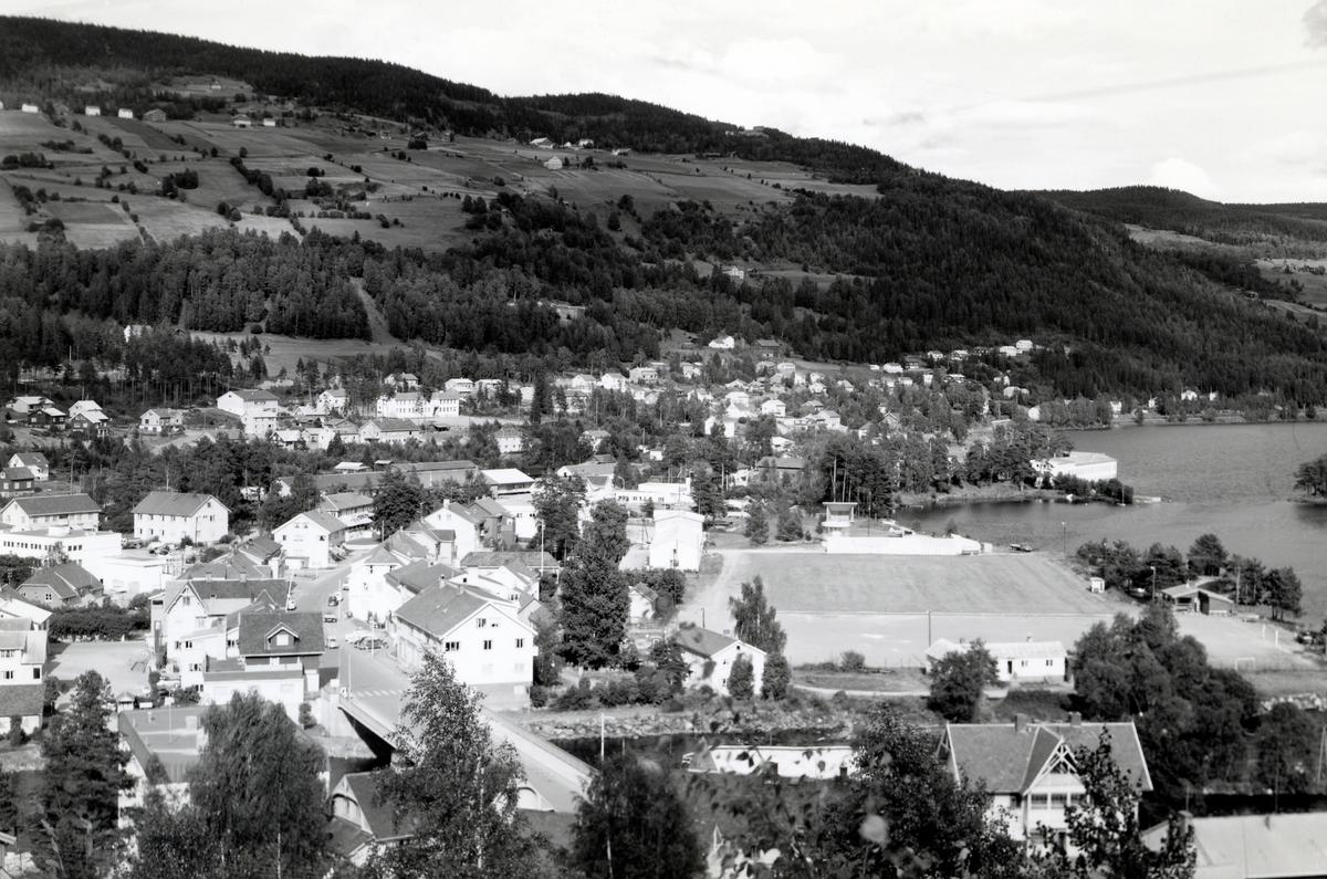 Oversiktsbilde over Fagernes. Idrettsplassen midt i bildet.