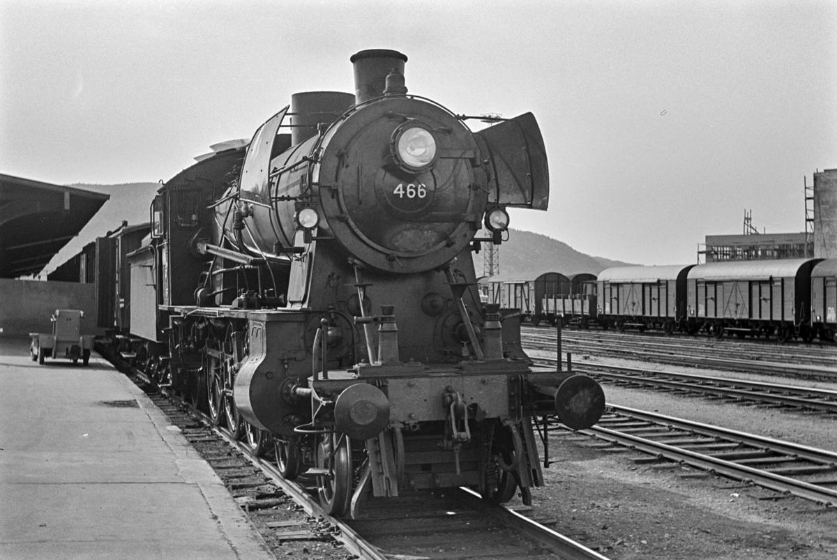 Persontog fra Trondheim kl. 1610 til Grong, tog 457, på Trondheim stasjon. Toget trekkes av damplokomotiv type 30c nr. 466.
