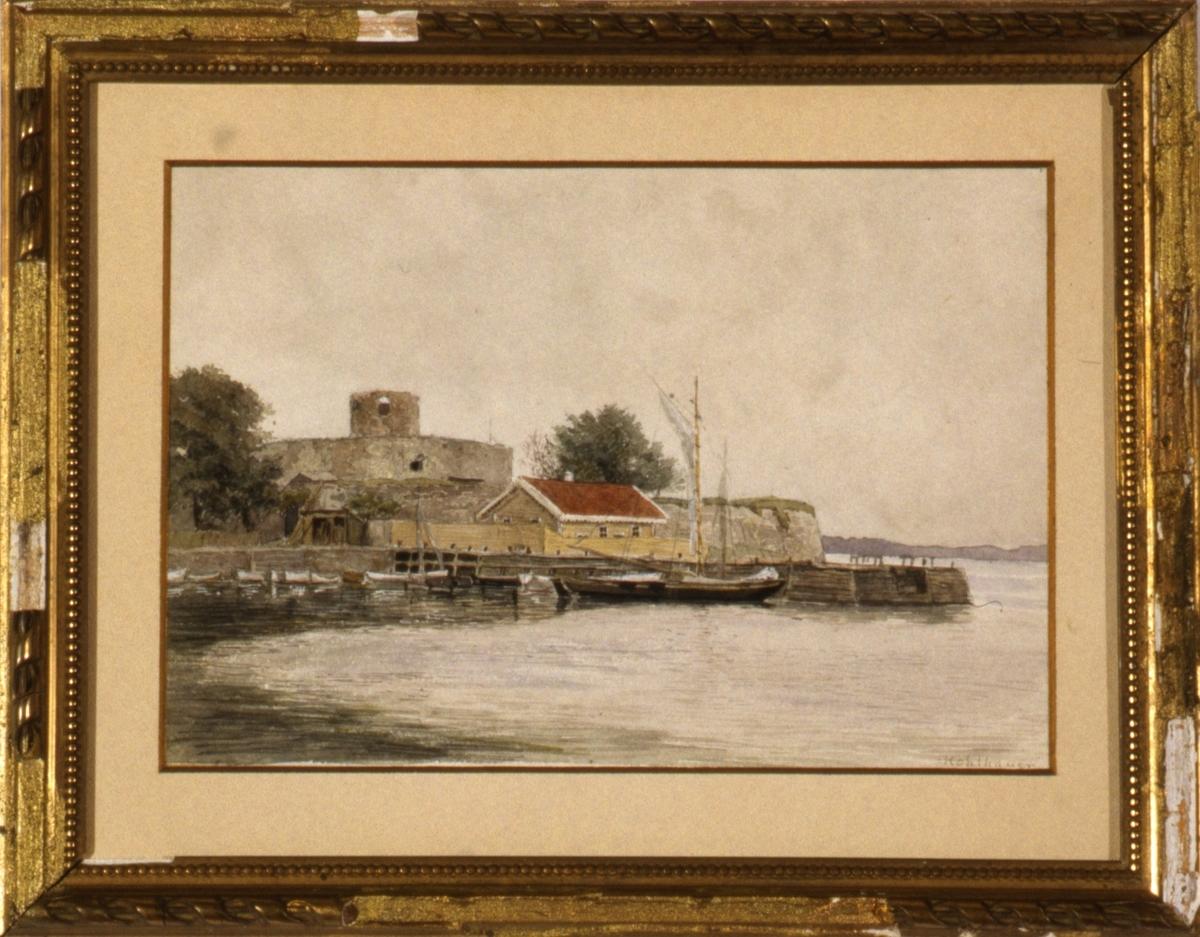 Motiv fra en havn med småjoller på rad, jektebeslåtte seil. Til venstre en rund festning med rundt tårn.